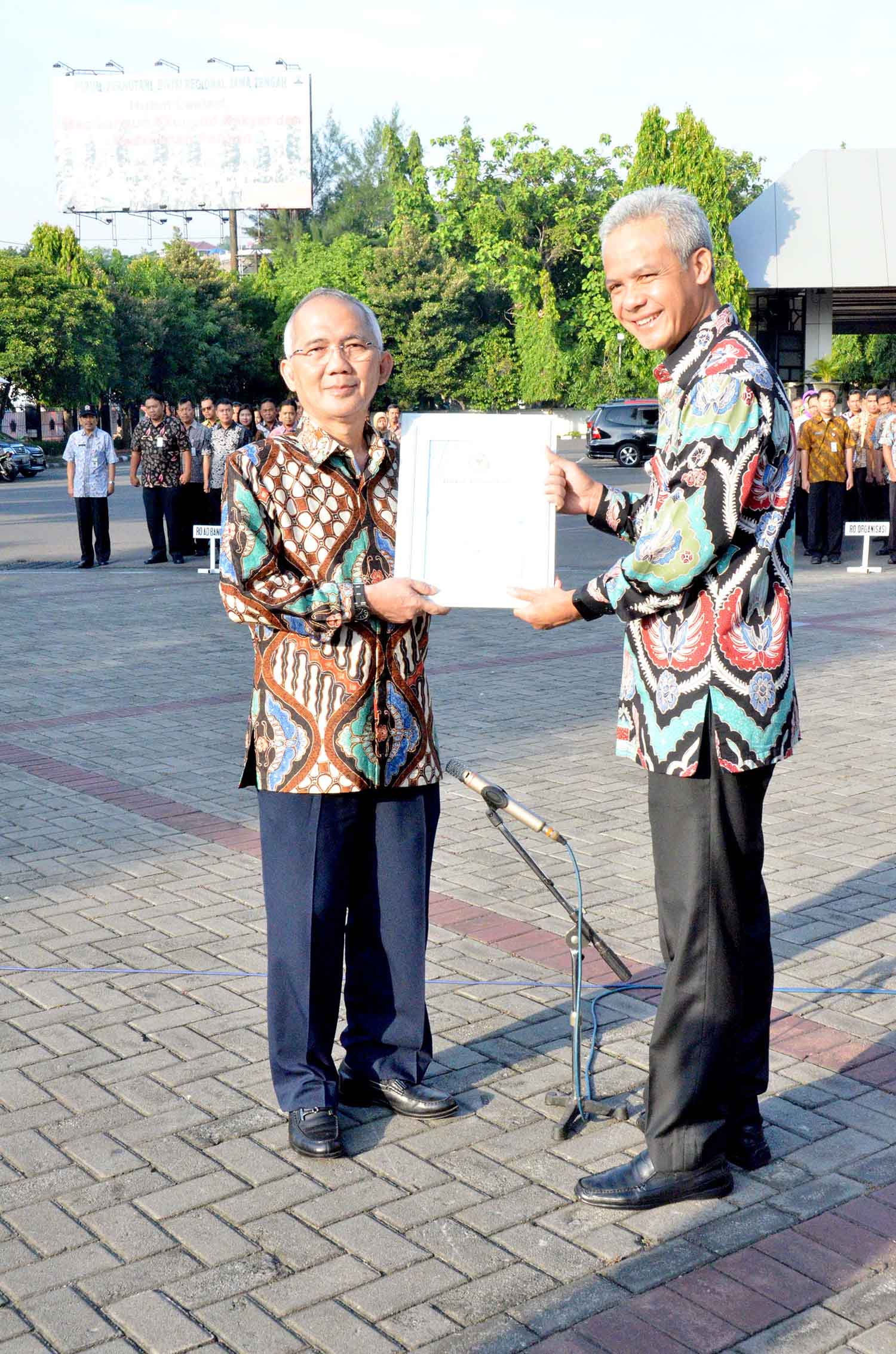 UDINUS RECTOR ACHIEVE A REWARD FROM BNN CENTER