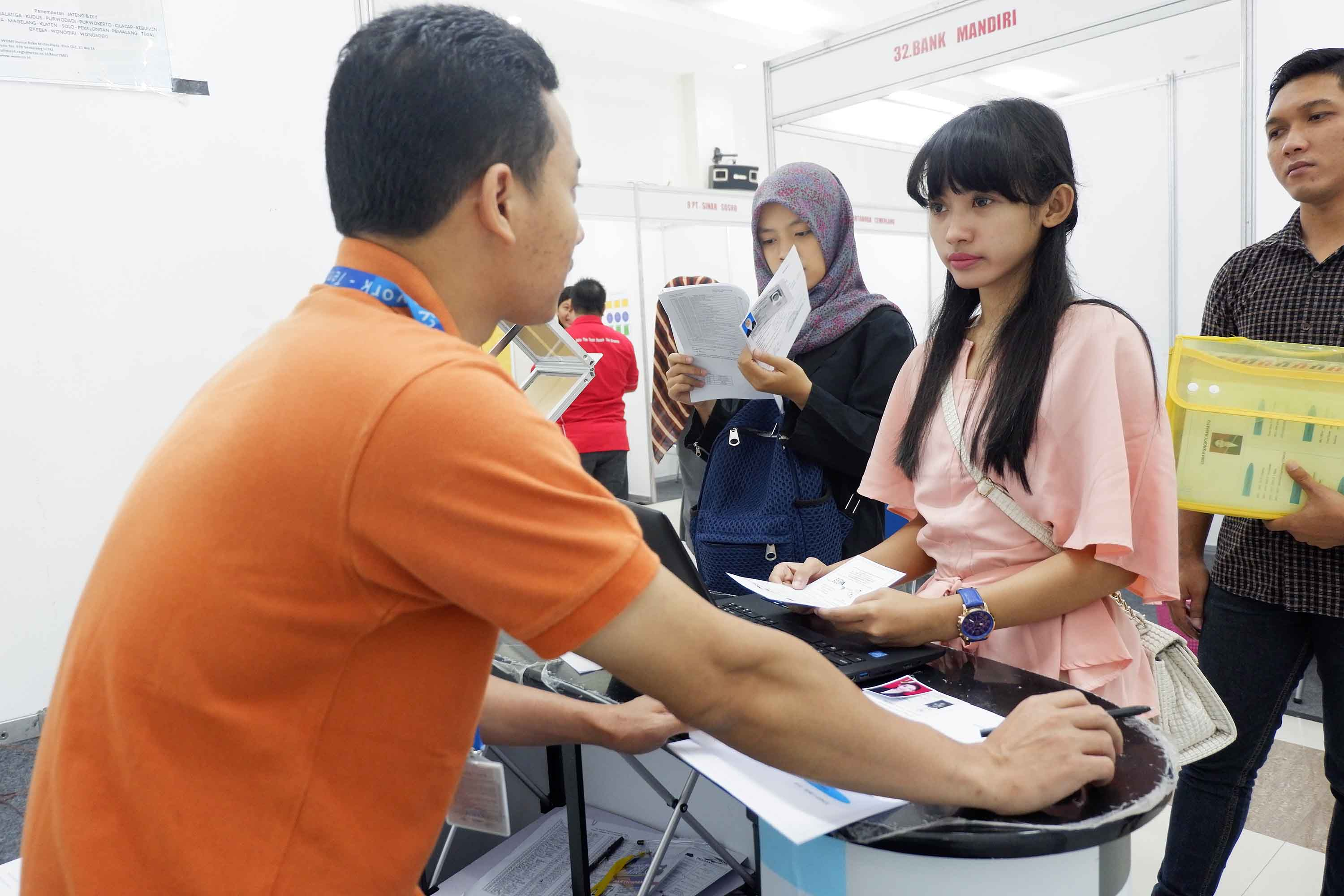THOUSANDS OF JOB SEEKERS GO FOR BANKING IN UDINUS' 18TH JOB FAIR